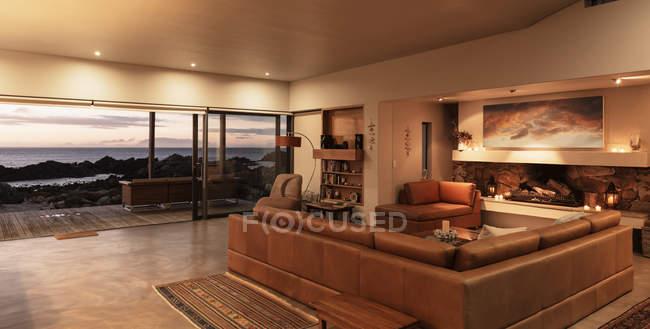 Home Schaufenster Innenraum Wohnzimmer mit Blick auf Meer bei Sonnenuntergang — Stockfoto
