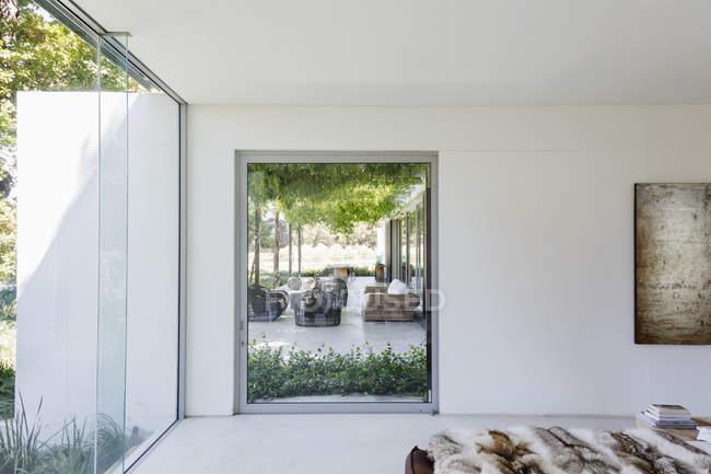 Окно спальни с видом на роскошный внутренний дворик — стоковое фото