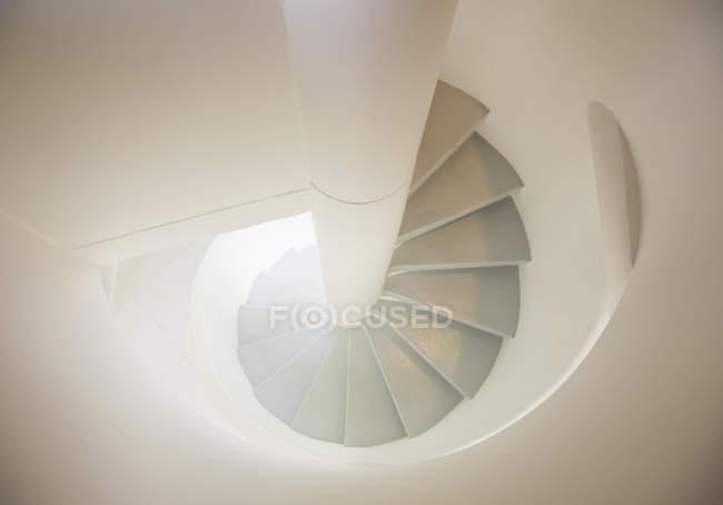 Белая спиральная лестница — стоковое фото