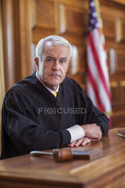 Juez sentado en el Banco de los jueces en la corte - foto de stock