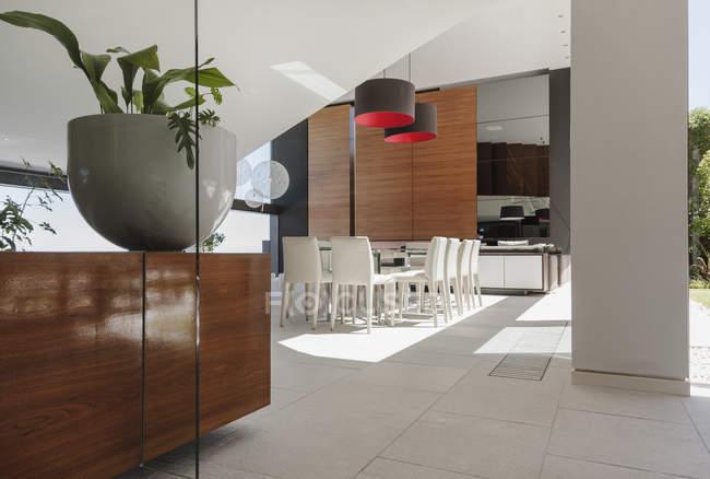 Столовая в интерьер современного дома — стоковое фото