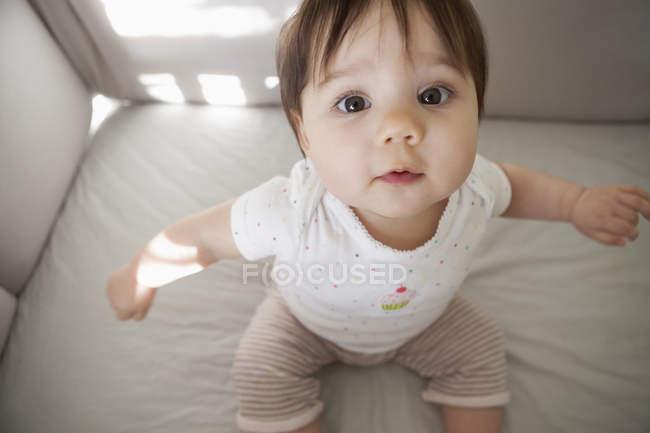 Девочка сидит в кроватке — стоковое фото