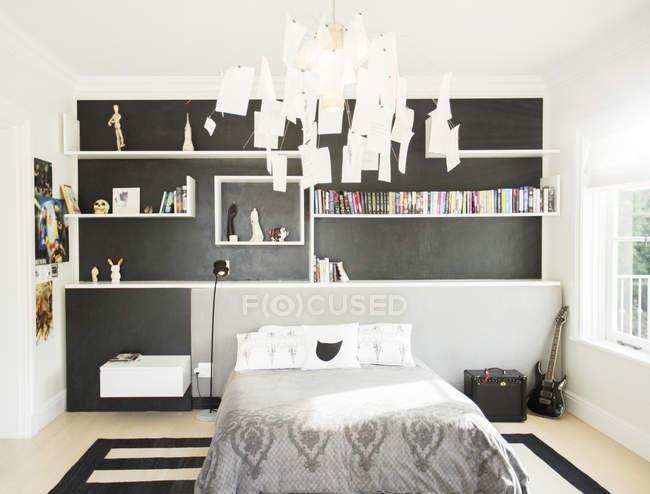 Современные бумаги люстра висит над кроватью в спальне — стоковое фото