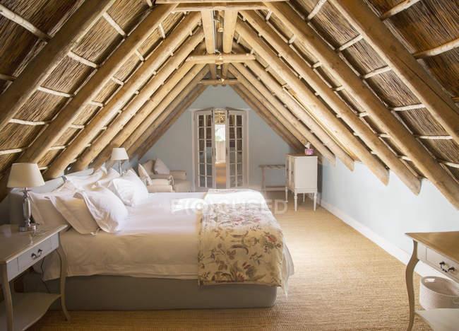 Sonnigen Luxus Mansarde unter Holzdach — Stockfoto