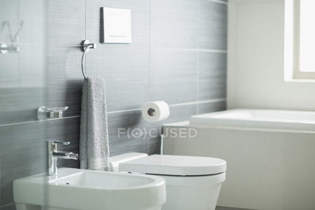 Vue intérieure de la salle de bains moderne — Photo de stock