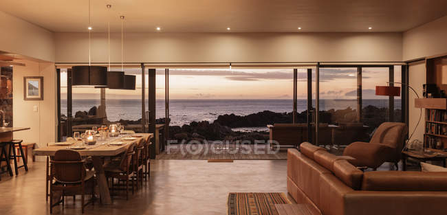 Home showcase interior overlooking ocean at sunset — Stock Photo