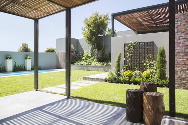Soleggiato cortile moderno durante il giorno — Foto stock