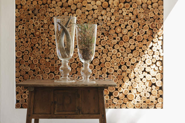 Vases and wooden logs in modern house — Stock Photo