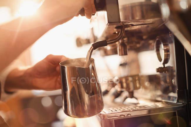 Barista Espresso Maschine Milchaufschäumer mit Nahaufnahme — Stockfoto