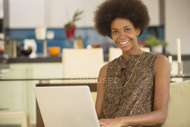 Бізнес-леді за допомогою ноутбука кухні в домашніх умовах — стокове фото
