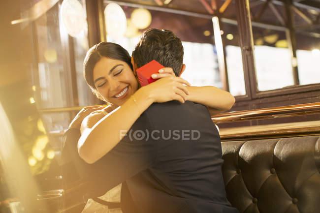 Donna con portagioie uomo abbracciato nel ristorante — Foto stock