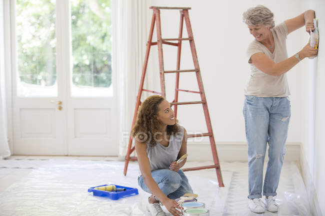 Two women deciding on wall color together — Stock Photo