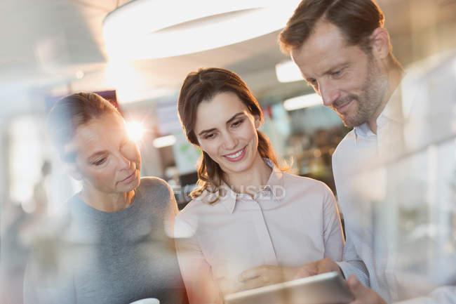 Geschäftsleute nutzen digitales Tablet im Büro — Stockfoto