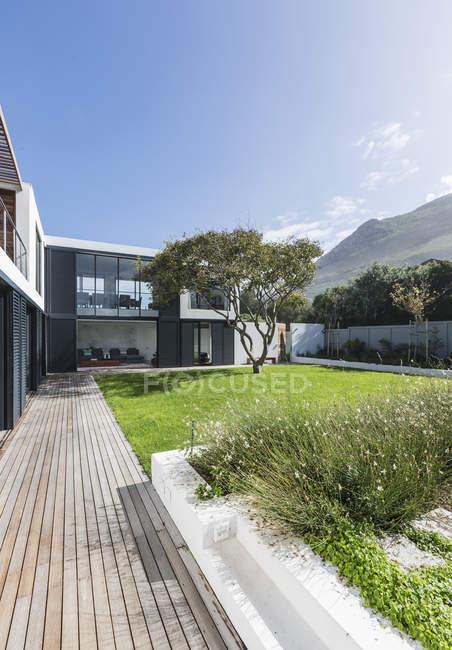 Casa de luxo vitrine pátio exterior e gramado — Fotografia de Stock