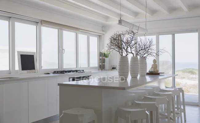 Vista interior da casa moderna e cozinha de luxo — Fotografia de Stock