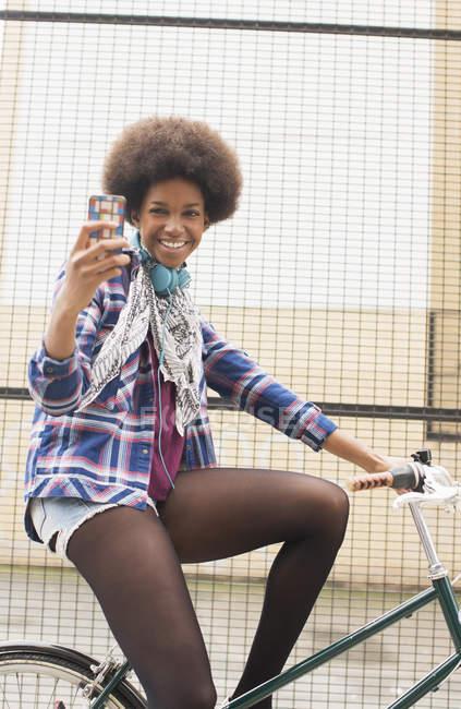 Щасливі молодої жінки, беручи Автопортрет велосипеда — стокове фото