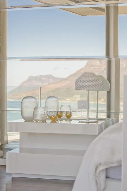 Mesa de cabeceira luxo moderno e decoração no quarto de vitrine para casa com o mar e vista para a montanha — Fotografia de Stock