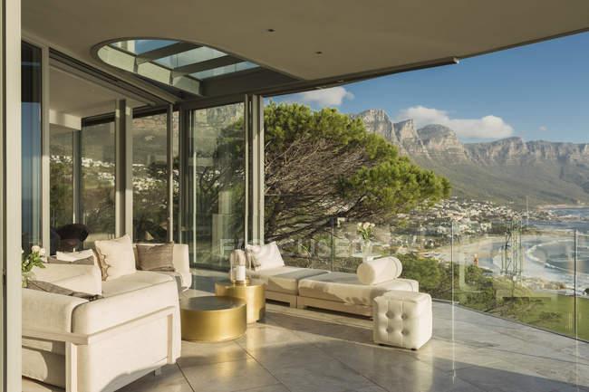 Сонячний сучасну розкіш додому Вітрина балкон з видом на гори — стокове фото