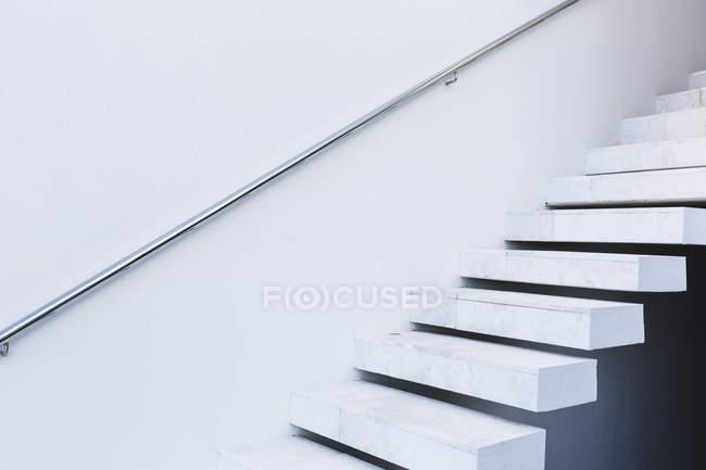 Weiße, moderne, minimalistische schwimmende Treppe — Stockfoto