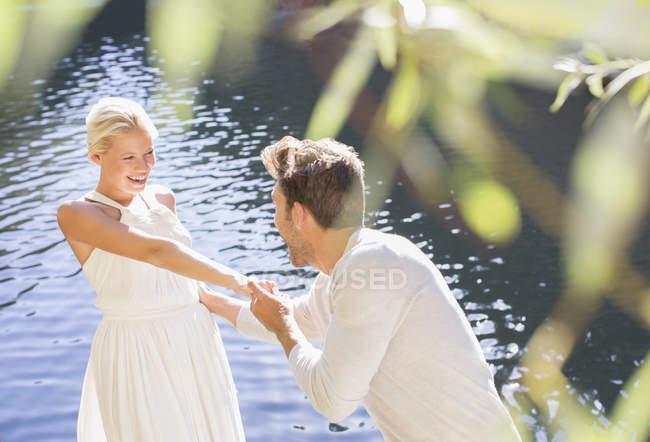 Paar spielt am Pool im Freien — Stockfoto
