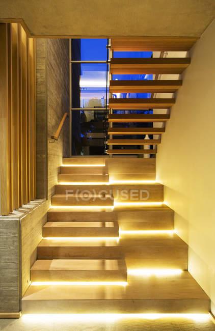 Beleuchtete moderne Holztreppe in Luxus-Haus — Stockfoto