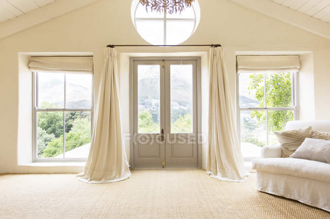 Tende e porte d'ingresso di casa rustica — Foto stock