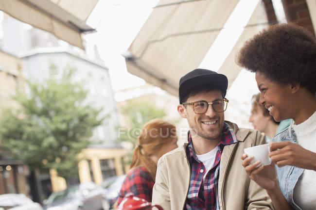 Paar trinkt Kaffee im Straßencafé — Stockfoto