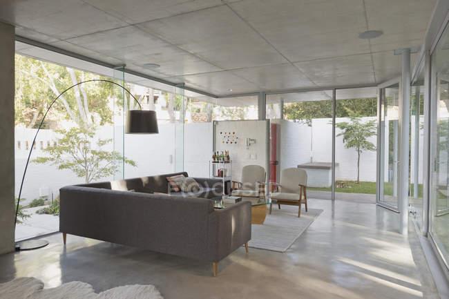 Luxus-Haus Vitrine Wohnzimmer von Fenstern umgeben — Stockfoto