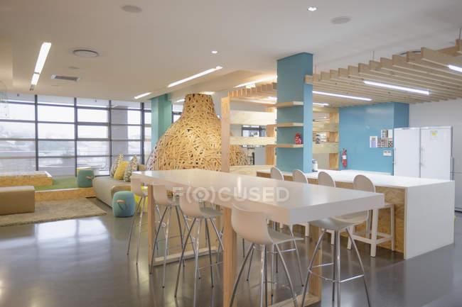 Moderno, criativo espaço de trabalho compartilhado com mesa — Fotografia de Stock