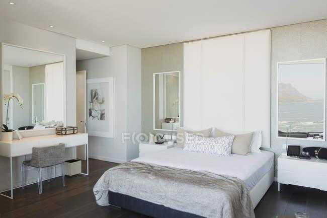 Chambre à coucher moderne de vitrine de luxe blanche — Photo de stock