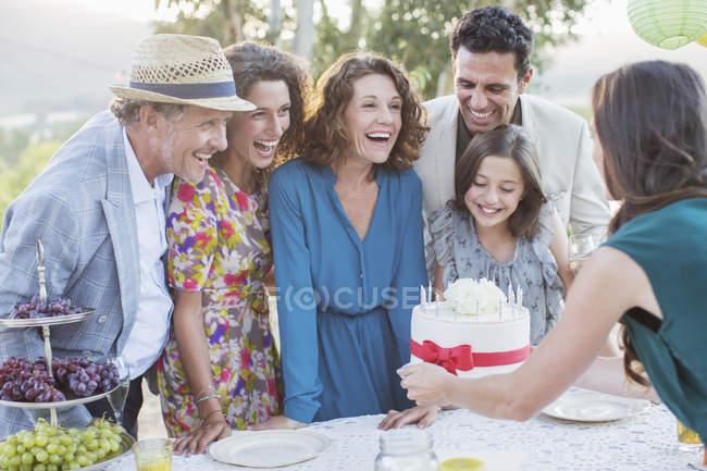 Счастливый красивые семьи отмечает день рождения торт — стоковое фото