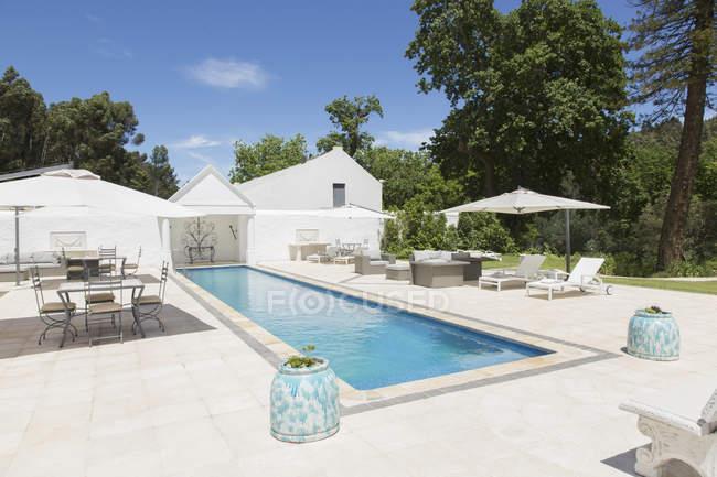 Luxury lap pool against house — Stock Photo