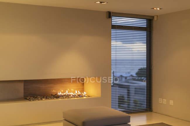Современный рок газовый камин в гостиной дома витрина — стоковое фото