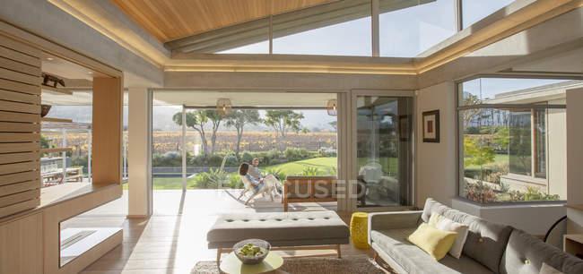 Casa moderna vetrina soggiorno — Foto stock