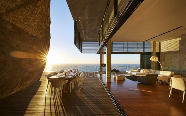 Terraço na casa moderna de luxo contra o mar — Fotografia de Stock