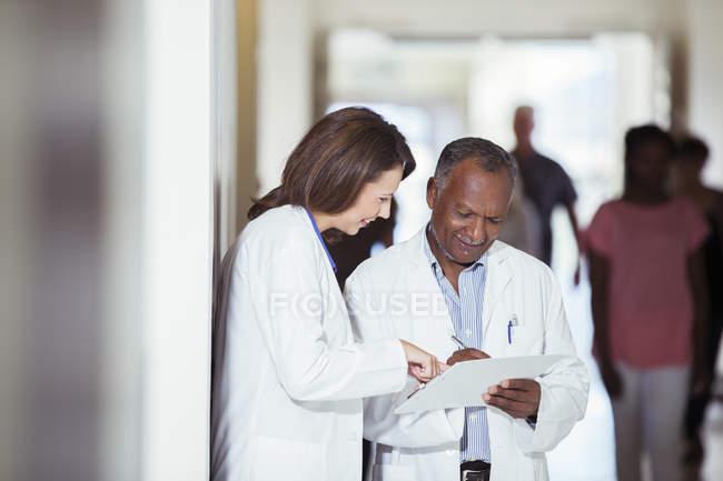 Ärzte lesen medizinische Diagramme im Krankenhaus — Stockfoto