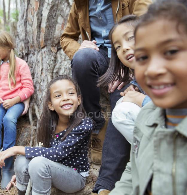 Schüler und Lehrer sitzen draußen — Stockfoto