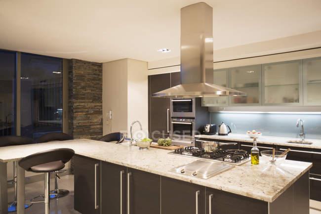Exibição da moderna cozinha doméstica dentro de casa — Fotografia de Stock