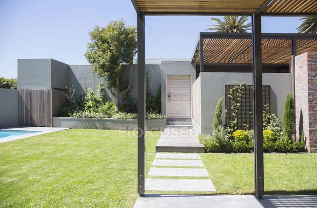 Ensolarado quintal moderno durante o dia — Fotografia de Stock