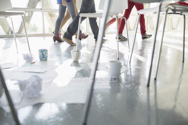 Abgeschnittenes Bild von Geschäftsleuten, die von Kaffeetassen und Papierkram am Stuhlkreis weggehen — Stockfoto