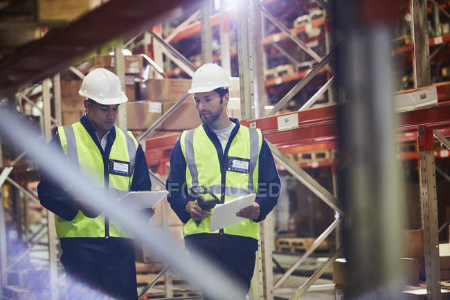 Workers with clipboards and scanner in distribution warehouse — Stock Photo
