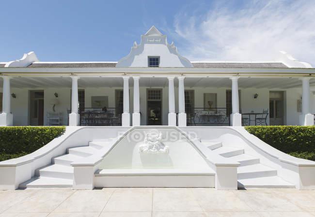 Vista exterior de casa de lujo con fuente - foto de stock