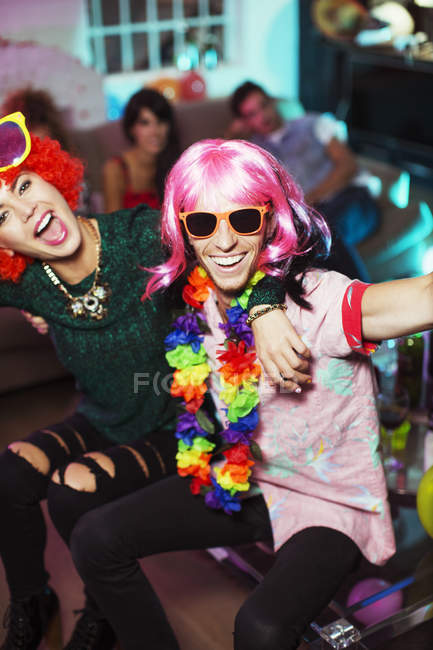 Paar in Kostümen auf party — Stockfoto