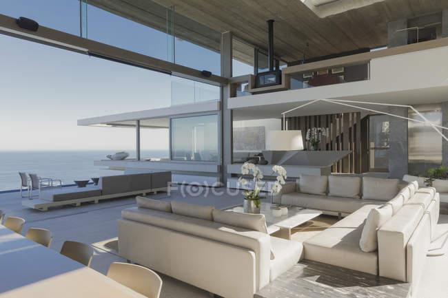 Moderne, Luxus home Schaufenster Innenraum Wohnzimmer mit ...