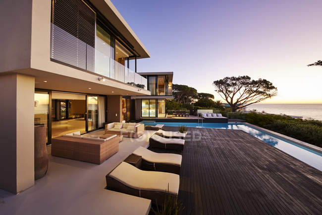 Modern luxury home showcase exterior with swimming pool and ocean view — Stock Photo