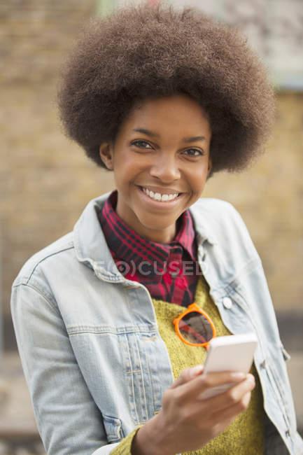 Frau benutzt Handy im Freien — Stockfoto