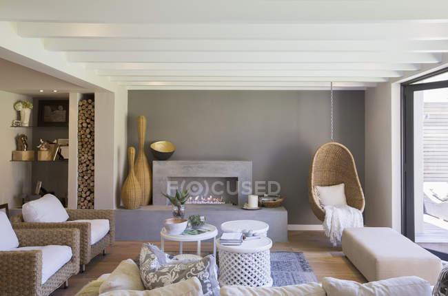 Interior de sala de estar de luxo durante o dia — Fotografia de Stock