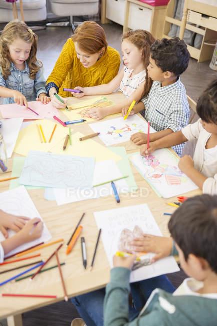 Allievi ed insegnante di disegno in aula — Foto stock
