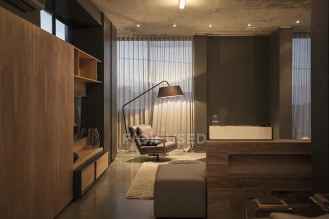 Cadeira e abajur de chão no canto da sala de estar moderna — Fotografia de Stock