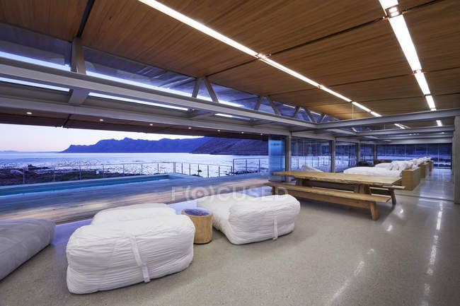 Modern hotel picnic table and beds overlooking ocean view — Stock Photo